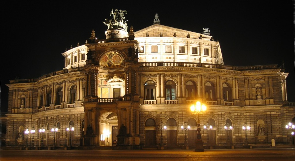 Semperoper_by_night